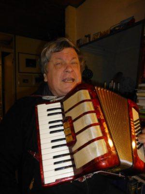 Professori Tarmo Kunnas ei vain esitelmöinyt vaan lauloi uljaasti ranskaksi Pariisin siltojen alla.