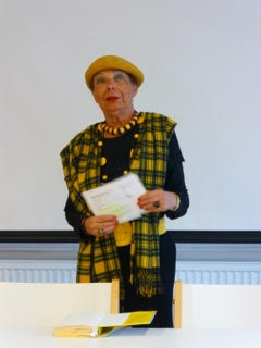Maila-Katriina Tuominen piti rennon ja kiintoisan esitelmän Italo Calvinosta Porin Dante-seuran vieraana. Kuva Risto Ojanen.